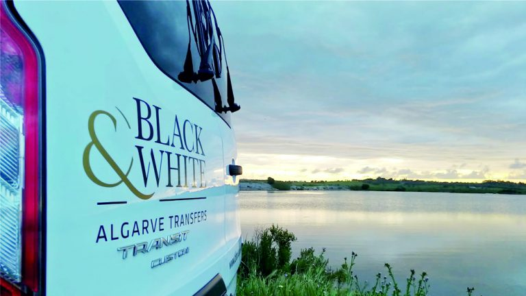 Vinil em carrinha de transfers da Black & White Algarve Transfers